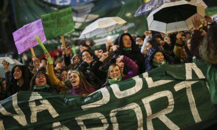 É pela vida das mulheres: deputados na Argentina aprovam aborto legal e gratuito até 14ª semana