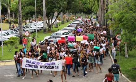 Mulheres organizam protesto contra o fascismo dentro da UESC