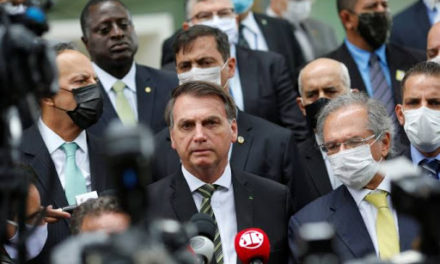 Bolsonaro sanciona lei de socorro aos estados e municípios e congela salário de servidores