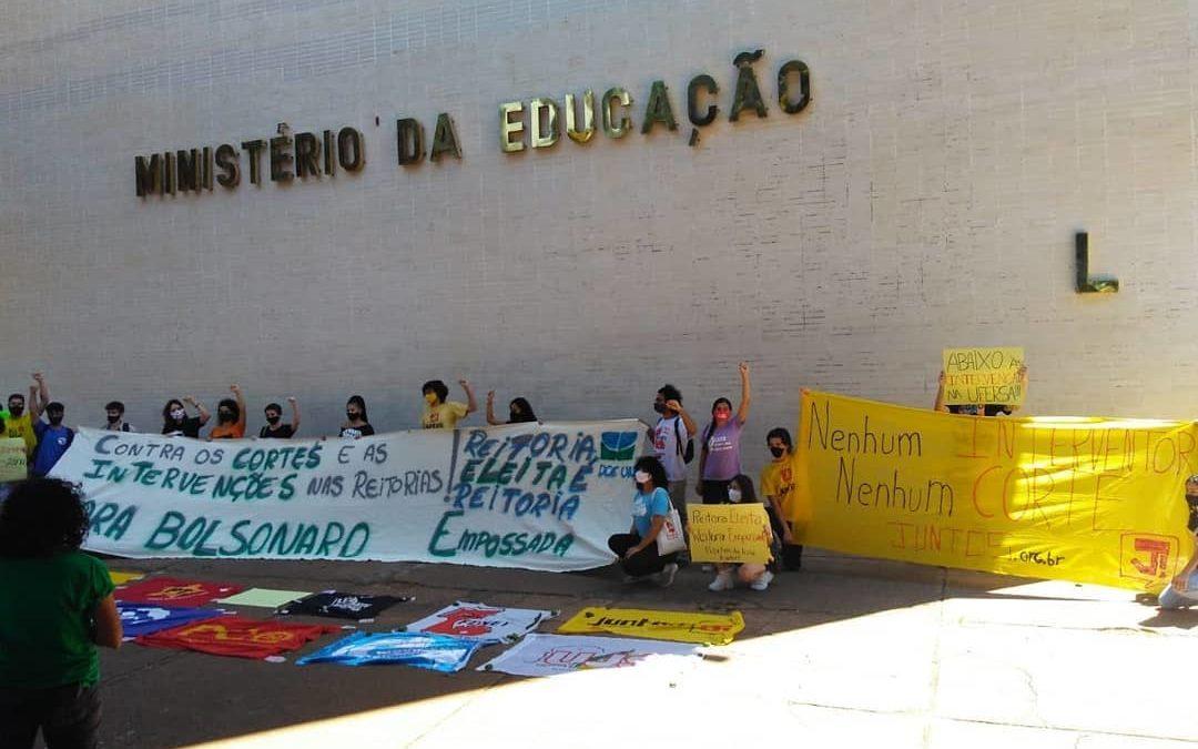 Estudantes protestam contra cortes na educação e intervenção na escolha de reitores