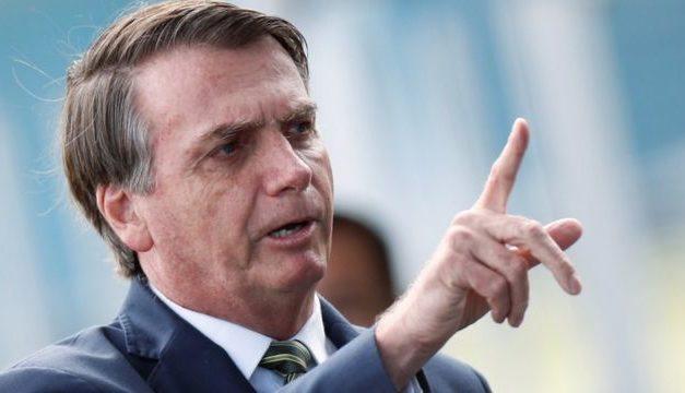 Enquanto povo espera vacina, Bolsonaro faz chacota e barra CoronaVac