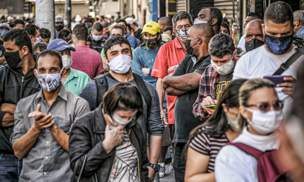 """Pandemia continua e Bolsonaro ironiza suspensão de vacina e chama brasileiros de """"maricas"""""""