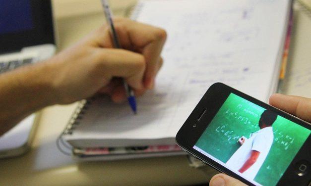 Bolsonaro tenta barrar lei que garante internet na escola pública