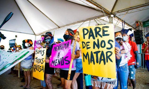 Brasília: bolsonaristas atacam acampamento indígena e tentam impedir Marcha das Mulheres