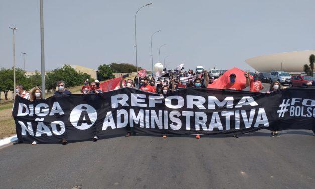 Em quarta semana de protestos, servidores marcham em Brasília contra a PEC 32