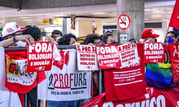 Servidores intensificam manifestações em Brasília e votação da PEC 32 em plenário é adiada