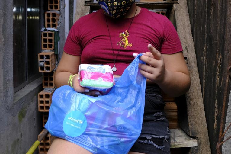 Bolsonaro veta distribuição gratuita de absorventes a estudantes e mulheres de baixa renda